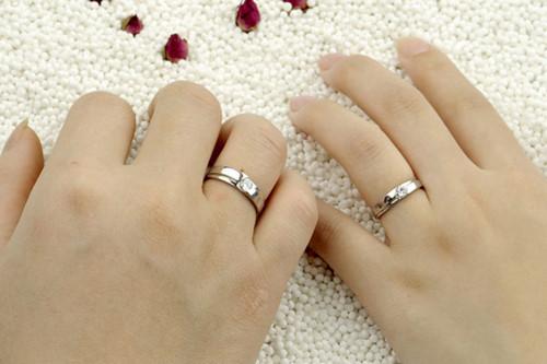 chụp ảnh đeo nhẫn cưới