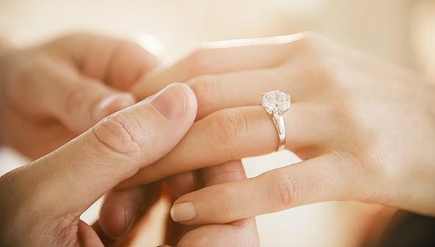 chụp ảnh cưới đeo nhẫn