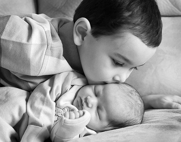 khoảnh khắc đầu giữa anh trai và em bé