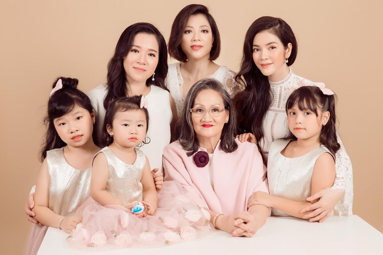 Chụp ảnh gia đình 3 thế hệ lưu giữ những khoảnh khắc