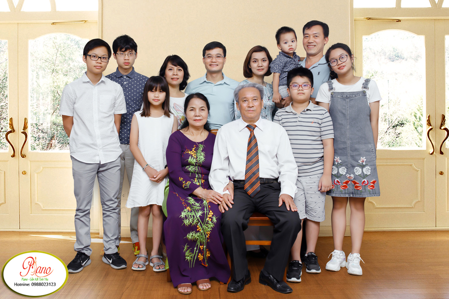 Chụp ảnh gia đình với trang phục tươi sáng